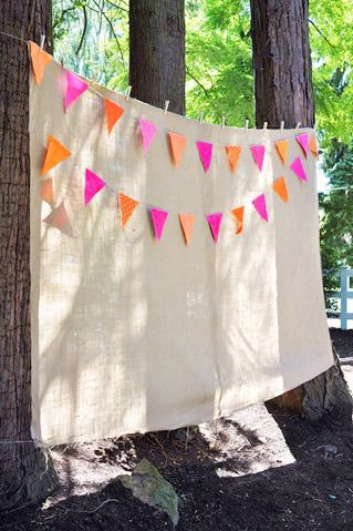 Love this super-easy way to hang a backdrop for an outdoor grad party photo booth!